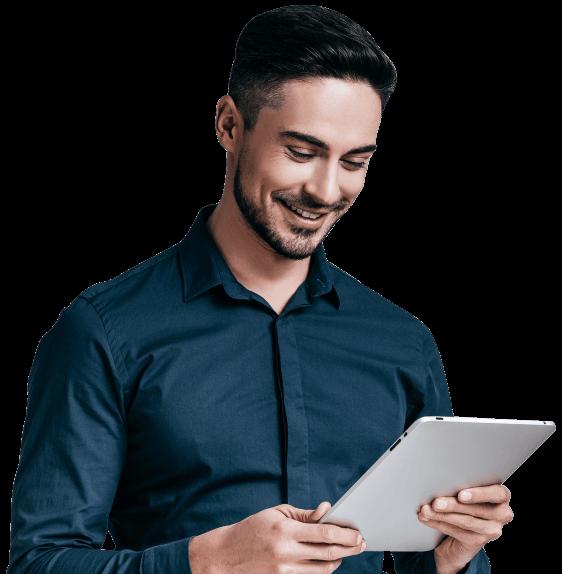 Homem sorrindo com um tablet branco na mão